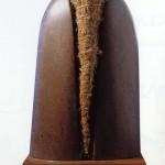 Stèle au petit nid, 1989, lave fonte d'acier-paille-plume, 68 x 30 x 16 cm
