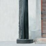 Monolithe aux petites traces, granit d'Inde, 160 x 55 x 35 cm